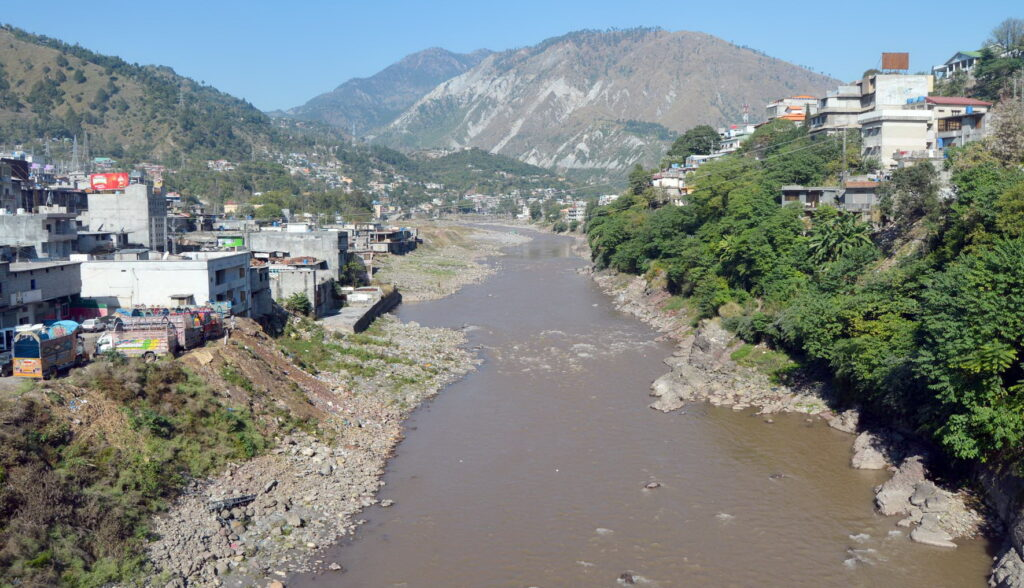Pic09-051 MUZAFFARBAD: Nov09-A view of Neelum River as water dried due to installation of Jehlum Hydro Power Project on River which is causing for environmental pollution. ONLINE PHOTO by Shabbir Anjum